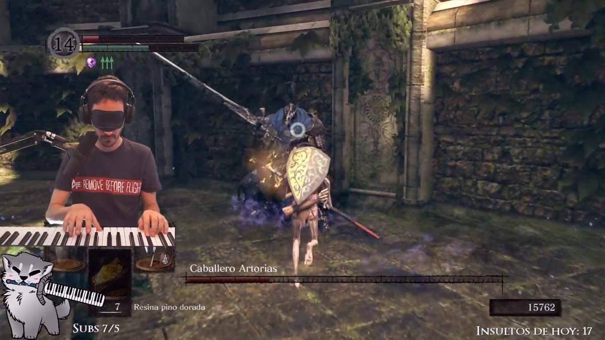 Стример победил босса Dark Souls вслепую, играя на пианино вместо геймпада: невероятное видео